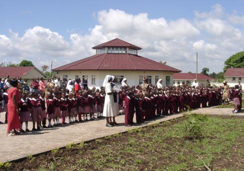 Comunidad Educativa en la Escuela Santa Monica Tanzania