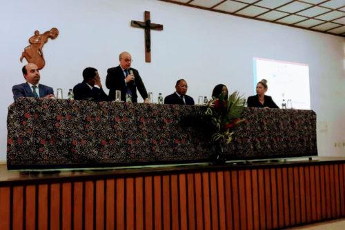 (De izda. a dcha.) Cónsul de España en Guinea Ecuatorial, Presidente ACCEGE, Embajador de España en Guinea, Ministro de Educación, Viceministra de Educación y representante de EC España (FERE-CECA).